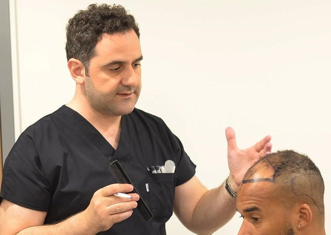 Dr. Acar führt Beratung mit dem Patienten