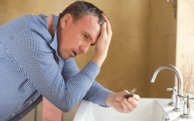 Mann unter Stress weil ihm die Haare ausfallen